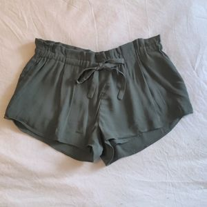 💚 Wilfred | Montrouge Shorts in Olive Green